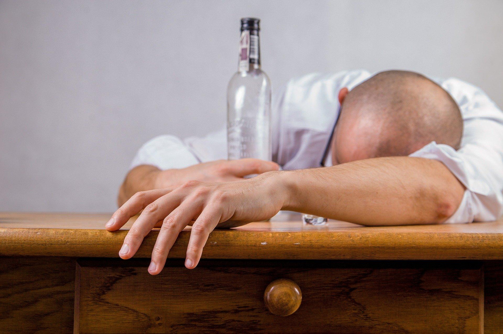 【お酒あるある】お酒の失敗経験談!飲みすぎ注意【マネするな】